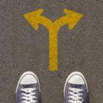paire-chaussures-debout-route-panneau-signalisation_51530-653